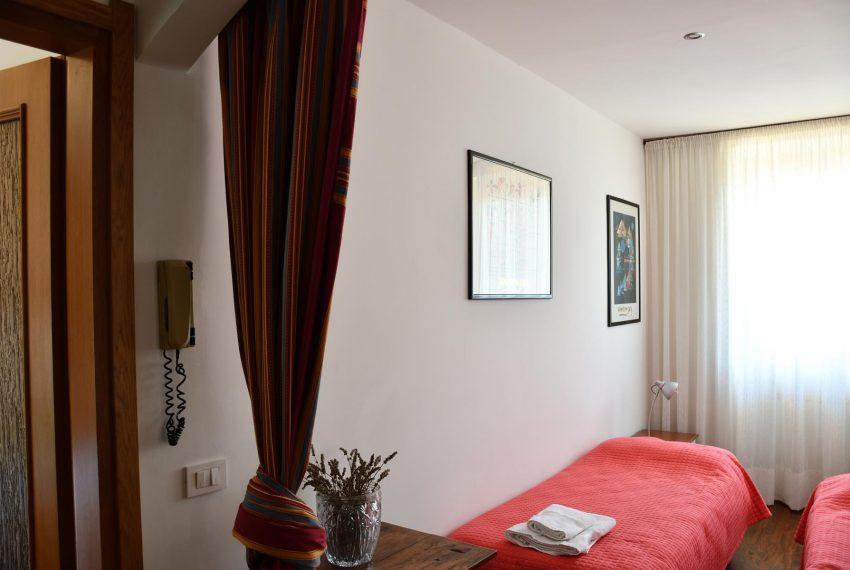 Single beds Argegno apartment