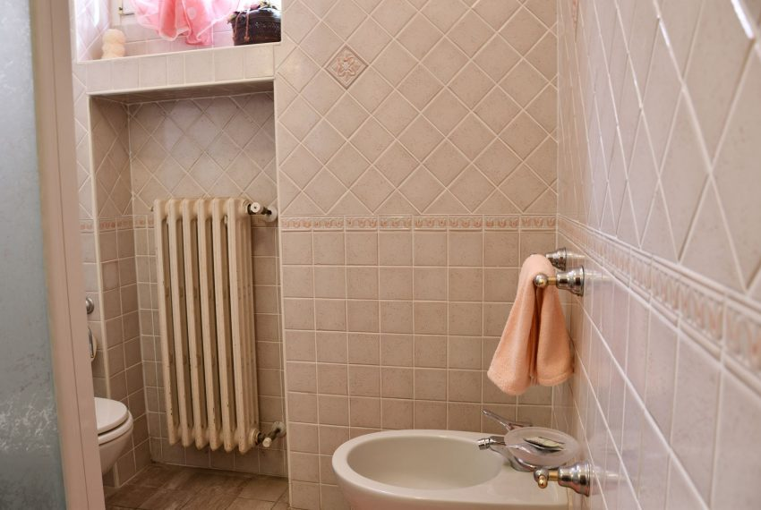 27.Argegno apartment - bathroom with shower