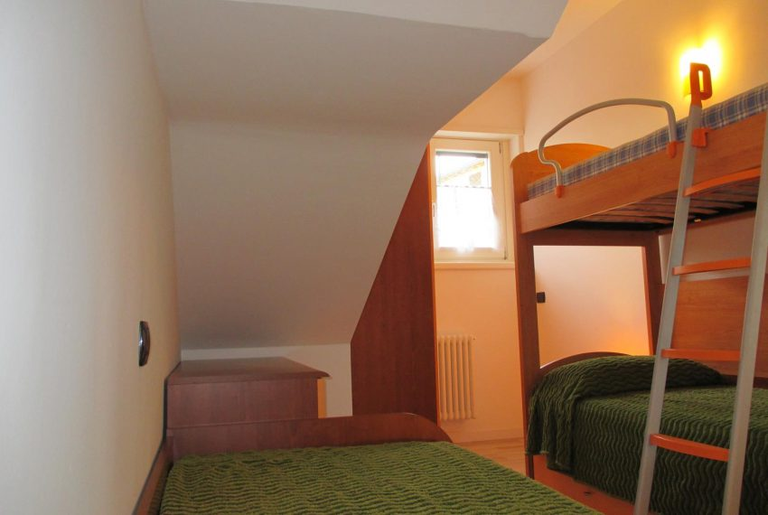 21. Two single beds Ossuccio apartment