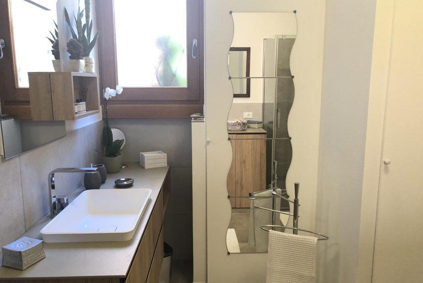 Elegant apt Lezzeno - bathroom sink