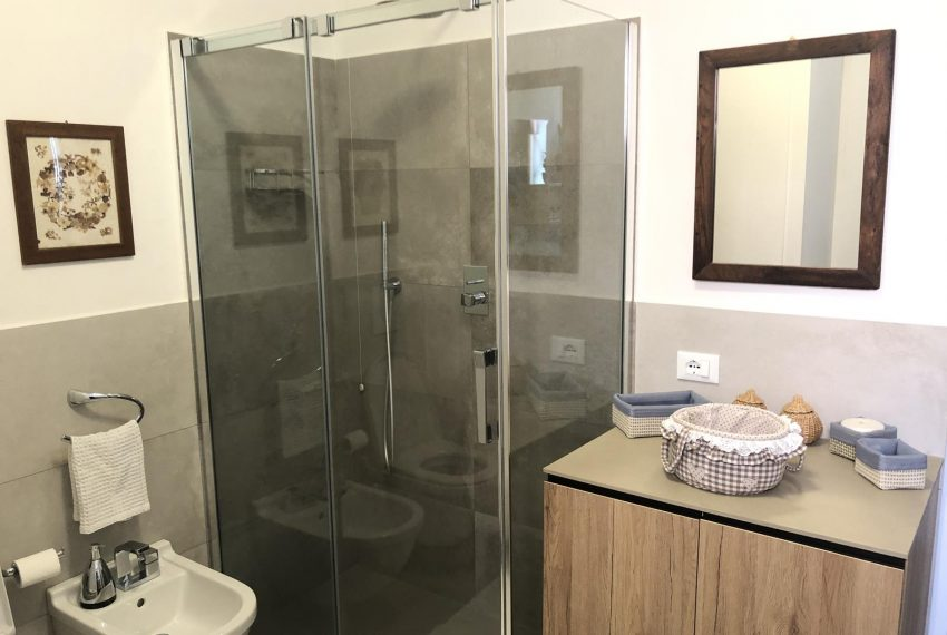 Elegant apt Lezzeno - bathroom with shower