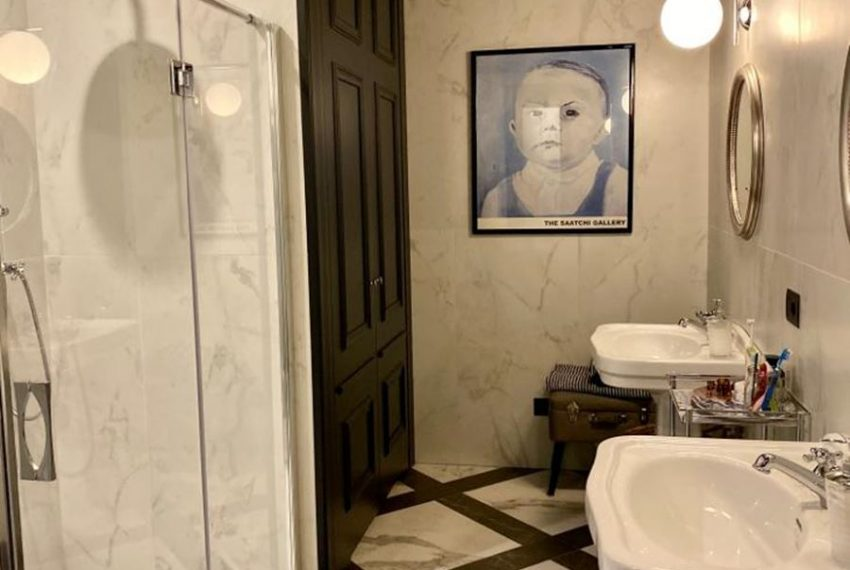 36. bathroom with shower Carate Urio apartment