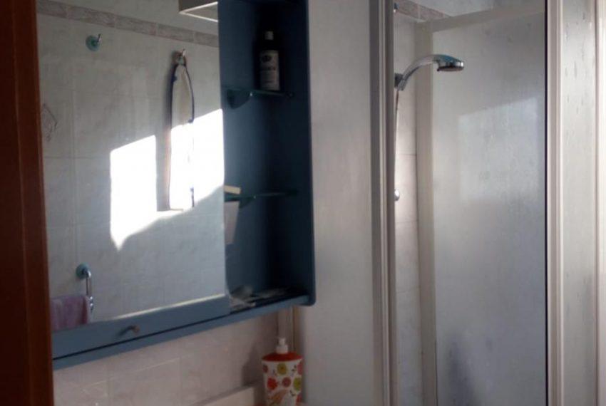 6. Bathroom with shower Cerano apartment