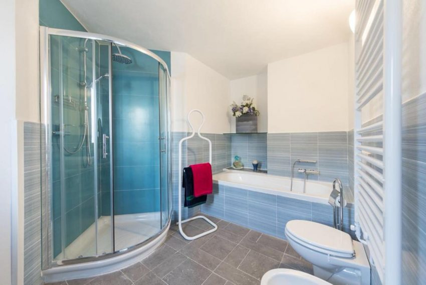 7. Bathroom with shower and bathtube Argegno