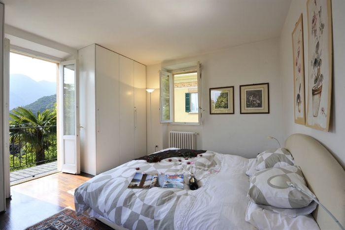 10. Bedroom with double bed and lake view Lenno