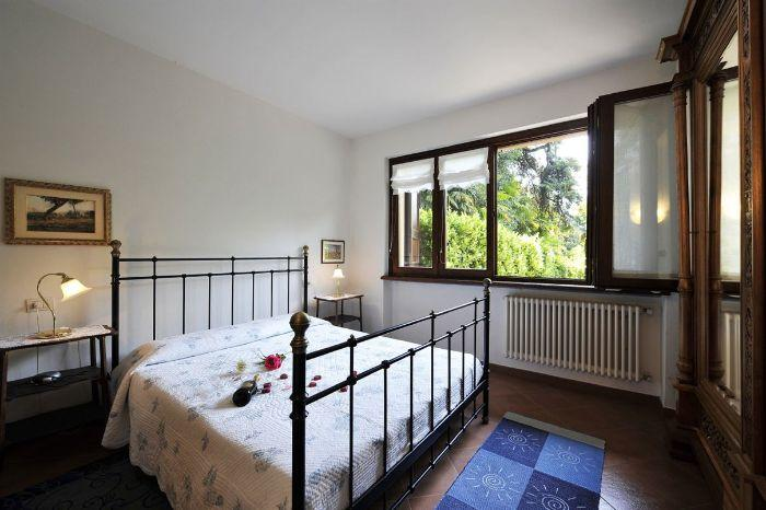 11. Bedroom with double bed Villa Florines Lenno