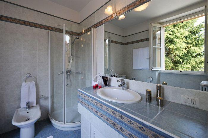 12. Bathroom with toilet and shower Lenno Centre Villa