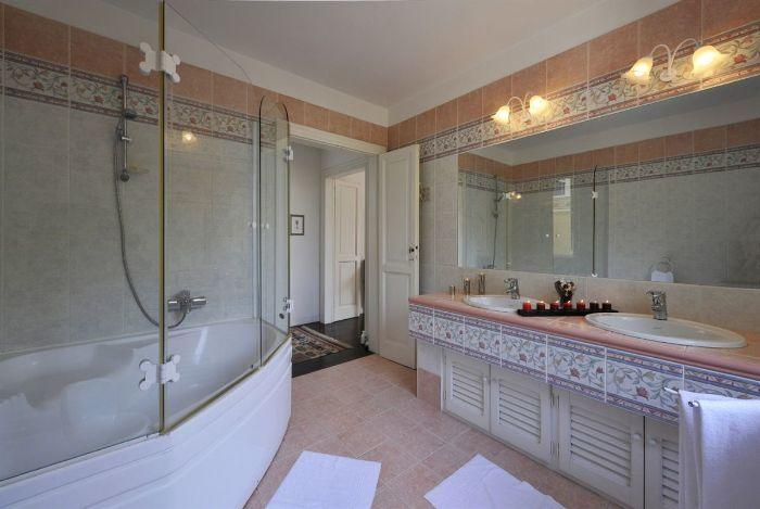 13. Batroom with double sink and shower Lenno Lake Como