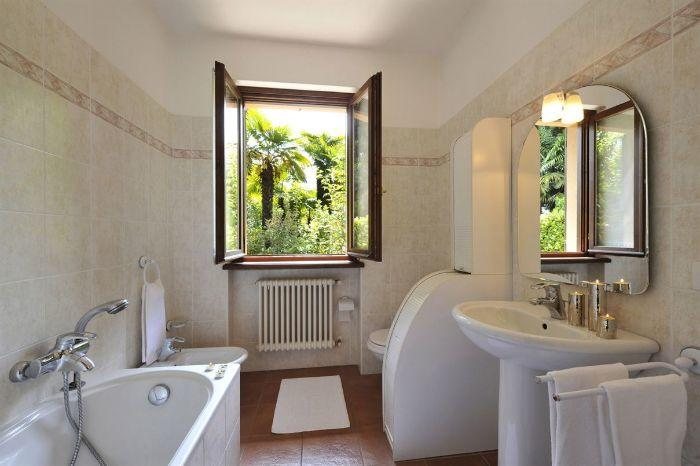 15. Bathroom with toilet and tube Lenno Lake Como