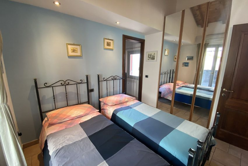 27. Bedroom with double single beds Argegno apartment
